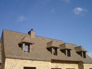 Couverture rénovée en ardoises d Anger sur une renovation à Camoel Morbihan 56